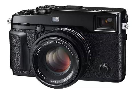 Secara resmi Fujifilm Indonesia telah memperkenalkan produk terbaru mereka yaitu Fujifilm X-Pro 3. Dengan kehadiran Fujifilm X-Pro 3 yang memiliki banyak kelebihan, membuat para pemburu foto semakin bergairah untuk bisa mendapatkannya. Dengan banderol harga sekitar 28 juta, apa saja keunggulan yang dimiliki oleh kamera fujifilm terbaru yang satu ini. Mari kita simak sama-sama. Performa Yang Tinggi Fujifilm X-Pro 3 memiliki fungsi pemotretan HDR yang baru dengan menggabungkan beberapa gambar atau foto yang telah diambil secara terus-menerus. Sehingga dari hal tersebut berbagai tingkatan pencahayaan untuk memperluas jangkauan gambar. Fitur tersebut dibentuk bertujuan untuk menyediakan kembali rentang luas dari kondisi sinar cahaya yang ada di alam. Sehingga tidak perlu khawatir dapat menyebabkan amplikasi gaya warna yang terlalu berlebihan pada gambar dikarenakan warna yang telah dihasilkan adalah warna asli. Selain itu Fujifilm X-Pro 3 juga telah dibekali menggunakan algoritme lanjutan yang berfungsi mengaktifkan AF pada pencahayaan minimum -6EV. Hal tersebut sangat berguna saat memotret gambar yang memiliki pencahayaan sangat minim. Peningkatan Hybrid Viewfinder Tidak perlu di ragukan kembali akan keunggulan dari Fujifilm X-Pro 3 yang satu ini karena telah memiliki peningkatan pada hybrid viewfinder. kamera fujifilm terbaru ini telah menggunakan panel organik dengan resolusi yang tinggi 3,69 juta titik.Selain itu Fujifilm X-Pro 3 juga dibekali dengan pencahayaan tinggi serta memproduksi warna yang jelas. Bukan hanya itu saja pencahayaan maksimum dari Fujifilm X-Pro 3 ini sebesar 1500cd/m2 yang dapat menampilkan detail terbaik ataupun dalam bayangan dan sorotan. Kamera ini juga dilengkapi dengan beberapa aksesoris seperti MHG-XPRO3 dan BLC-XPRO3 dengan tampilan klasik namun elegan. Satu hal yang unik dari kamera ini yakni pengguna dapat mengganti baterai saat masih terpasang casing. Daya Tahan Terjamin Anda tidak perlu khawatir akan daya tahan dari kamera Fujifilm X-